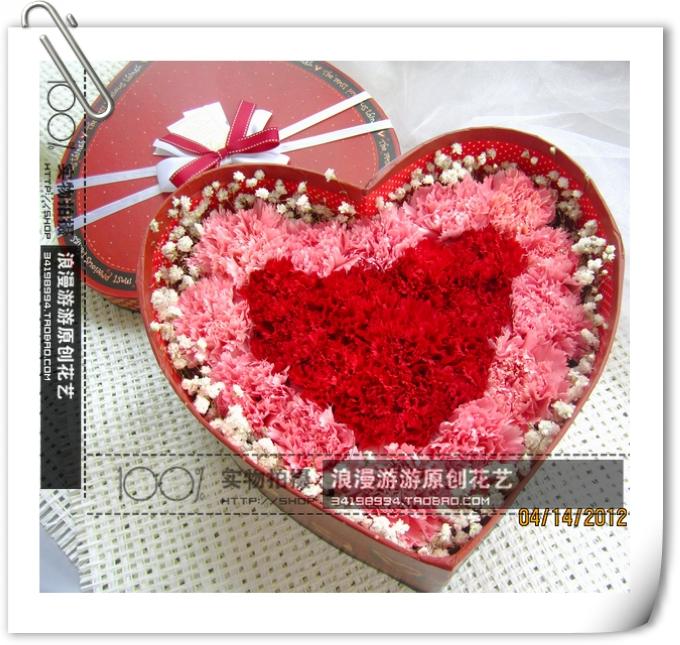 材料包装>- 15朵粉色康乃馨,9朵红康共24朵康乃馨心形礼盒插制而